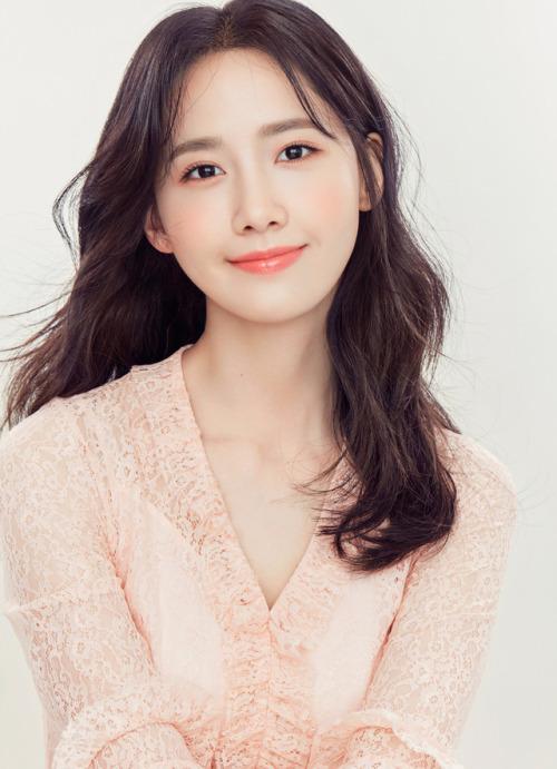 allkpop-sig-yoona-blouse-rose-201704-01-001
